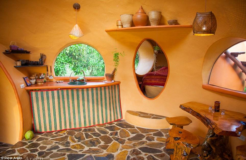 un hombre construy su casa de ensue o en solo seis semanas y por s lo us goplaceit. Black Bedroom Furniture Sets. Home Design Ideas
