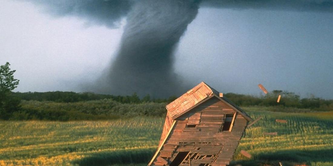 Casa-de-madera-destruida-por-un-tornado-1000x500222