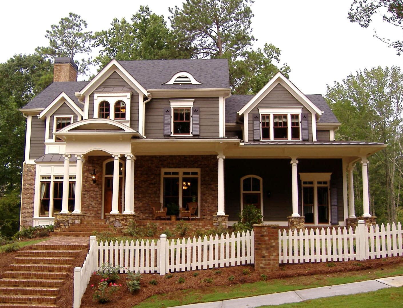 Foto de casa americana de madera y ladrillo visto