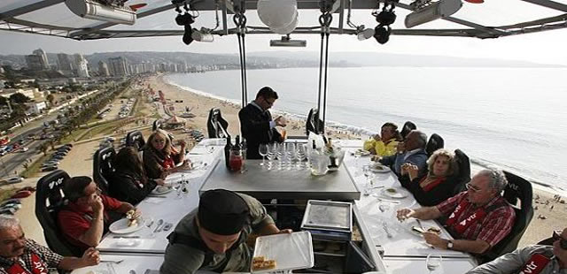 restaurante-a-45-metros-de-altura-sostenido-por-grua